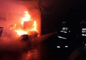 Socorristas sofocan incendio registrado en Estanzuela, Zacapa. (Foto Prensa Libre: CBMD)