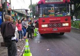 Decenas de usuarios son afectados por paro de buses. (Foto Prensa Libre: Estuardo Paredes)
