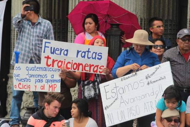 Los manifestantes enviaron mensajes de apoyo al MP y la Cicig. (Foto Prensa Libre: Álvaro Interiano)