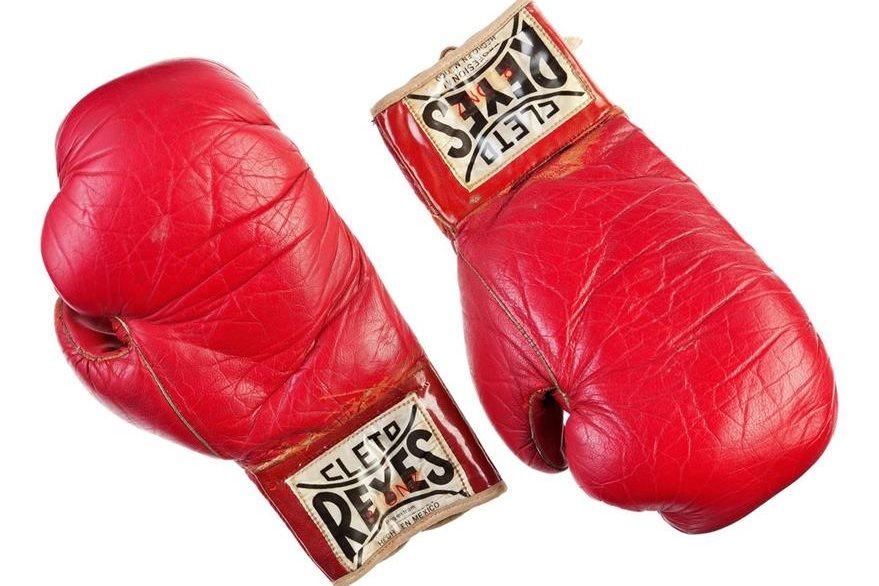 Guantes de boxeo usados por el actor Sylvester Stallone en la cinta Rocky II.  (Foto Prensa Libre: AP)