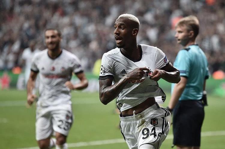 El delantero del Besiktas festeja luego de anotar uno de los goles de Besiktas. (Foto Prensa Libre: AFP)