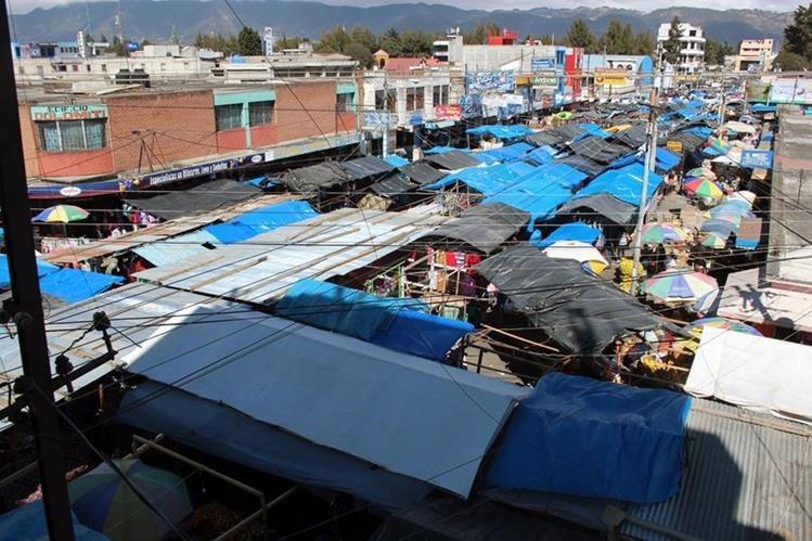 El techo del mercado Las Flores, en la zona 1 de la Ciudad de Quetzaltenango, tiene daños que la comuna pretende solucionar el próximo año. (Foto Prensa Libre: María José Longo)