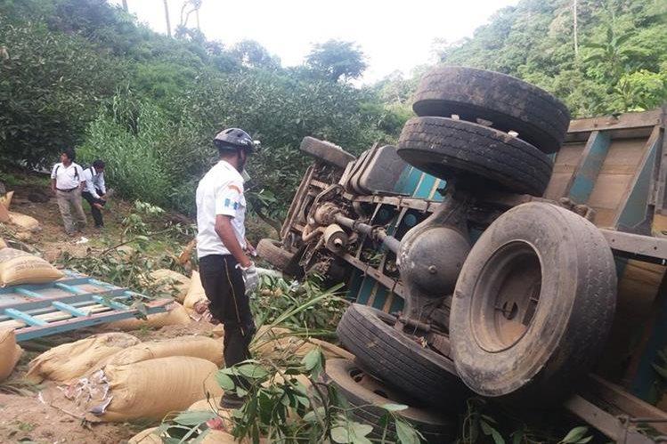 Camión queda volcado en la ruta de Chimaltenango a Parramos, donde murió una persona. (Foto Prensa Libre: Víctor Chamalé)