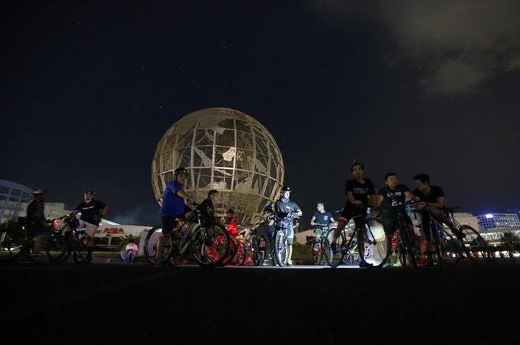 Ciclistas en Manila, Filipinas, se toman una pausa durante evento. (Foto Prensa Libre: EFE)