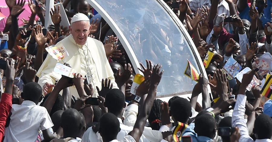 Ugandeses reciben al papa Francisco. (Foto Prensa Libre: EFE)