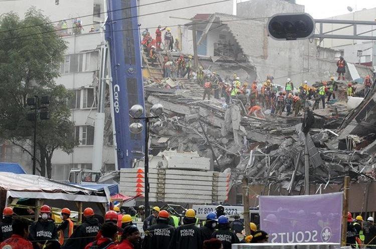 Brigadistas continúan con labores de rescate en diferentes zonas afectadas de la ciudad de México (Foto Prensa Libre: EFE)
