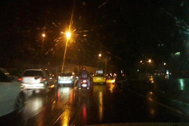 Calles inundadas y cortes de fluido eléctrico afectan la ciudad capital. (Foto Prensa Libre: Hemeroteca PL)
