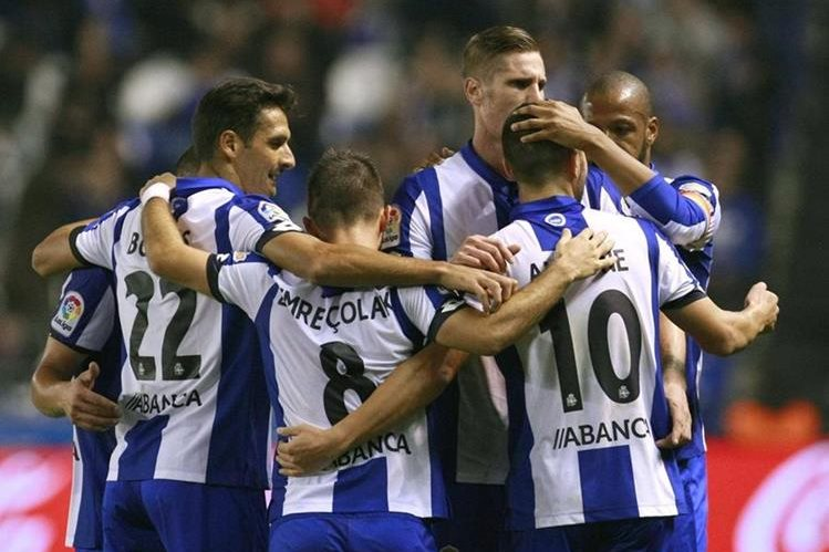 Los jugadores del Deportivo celebra el gol marcado en propia puerta por el defensa Íñigo Martínez de la Real Sociedad. (Foto Prensa Libre: EFE)