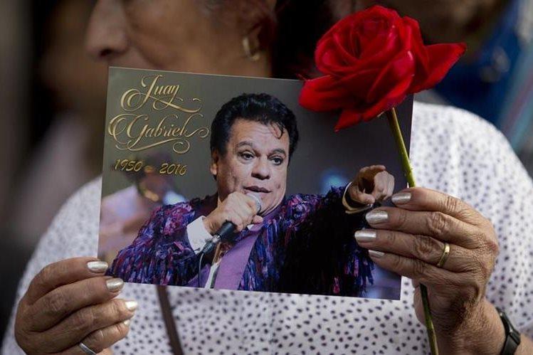 Admiradores de Juan Gabriel podrán darle el último adiós en el homenaje que preparan familiares del artista. (Foto Prensa Libre: AP)