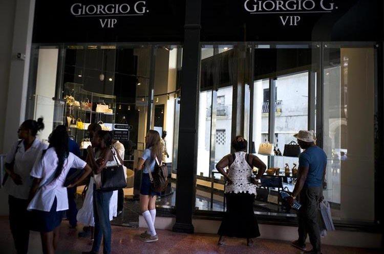 Tiendas de lujo en centro comercial ubicado en La Habana, Cuba. (Foto Prensa Libre: AP)
