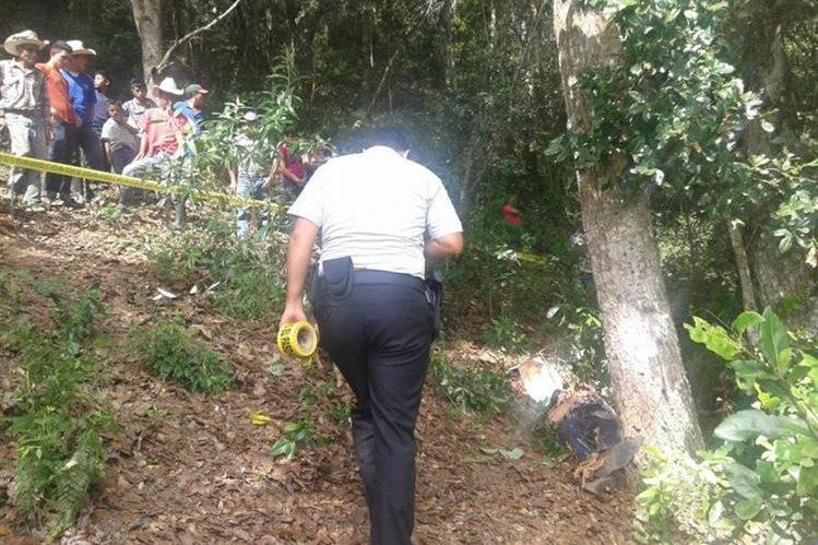 Autoridades policiales recaban información de crimen en la cabecera de Chiquimula. (Foto Prensa Libre: Edwin Paxtor)