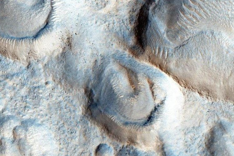 Aquí podemos ver las mesetas del norte de Marte. El sol sale por la izquierda y son alrededor de las 3pm. NASA