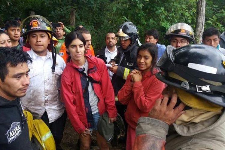 Socorristas y pobladores de Antigua Guatemala localizan a turistas extraviados. (Foto Prensa Libre: Renato Melgar)