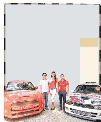 Juan Diego —Izq— posa junto al automóvil en que competirá en la Copa Mini.