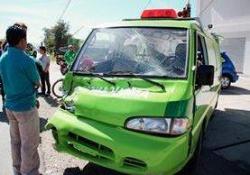 Ambulancia en la que viajaban la víctima y los socorristas que resultaron heridos, en Huehuetenango. (Foto Prensa Libre: Mike Castillo)