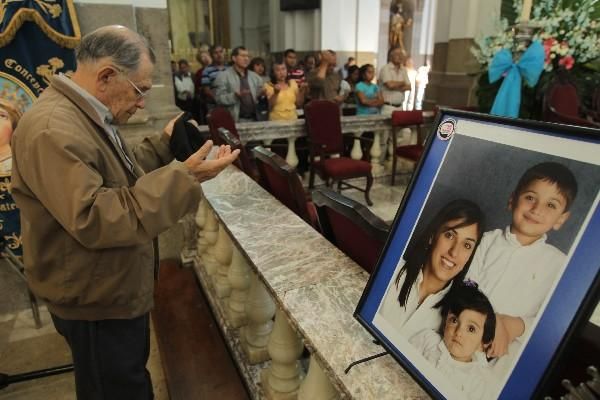 familiares y amigos de Cristina Siekavizza oran en  la Catedral Metropolitana.