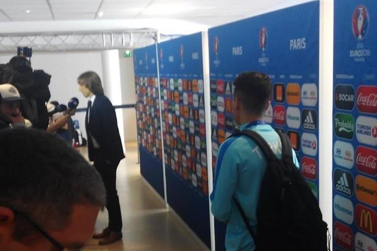 Mor espera a Modric para tomarse una fotografía. (Foto Prensa Libre: Twitter)