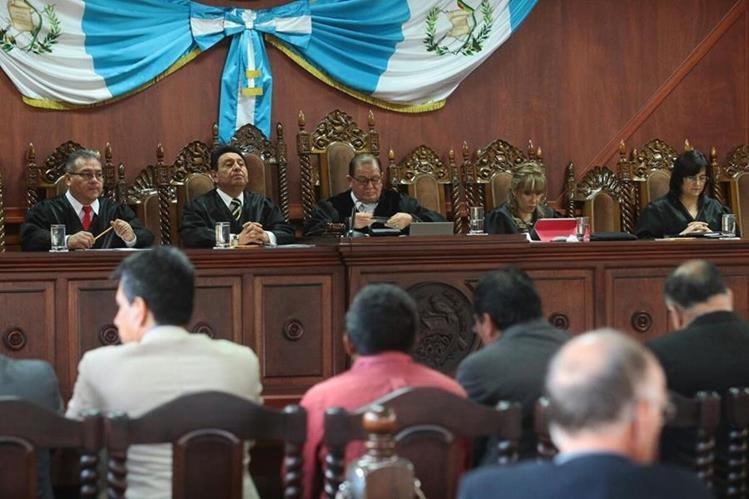 Magistrados de la CC escuchan los argumentos, durante la vista pública por antejuicio contra diputado Édgar Ovalle. (Foto Prensa Libre: Álvaro Interiano)