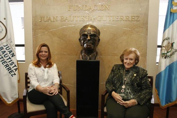 Isabel Gutiérrez de Bosch, presidenta y fundadora del programa de Becas Universitarias de la Fundación Juan Bautista Gutiérrez y Cristina Díaz, directora ejecutiva, informan sobre la convocatoria de las becas para el 2018. (Foto Prensa Libre: Paulo Raquec)