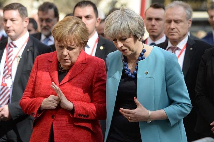 Angela Merkel,(i) habla con Theresa May durante la cumbre de la UE en Valeta,Malta.(AP).