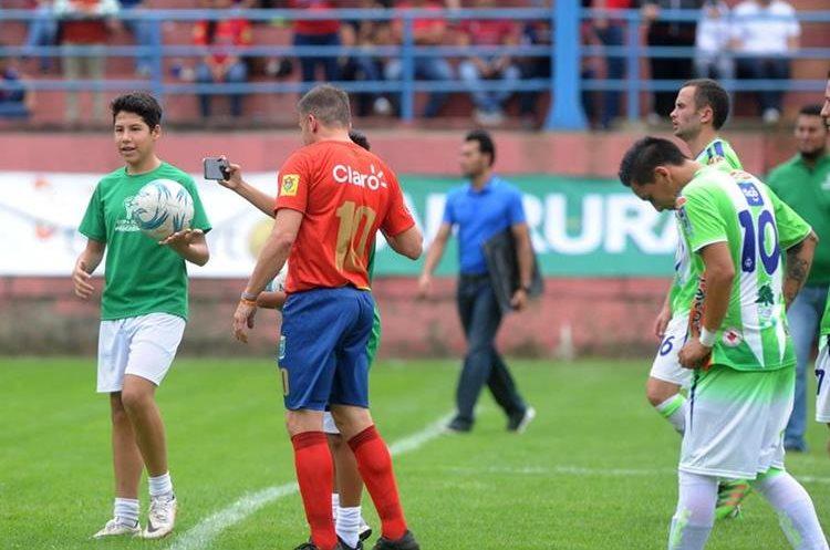 Un alcanza pelotas se fotografía con Del Piero, en la cancha de El Trébol. (Foto Prensa Libre: Edwin Fajardo)