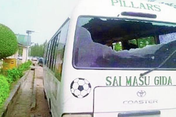 La parte trasera del autobús quedó destruida por los impactos de bala. (Foto Prensa Libre: Twitter)