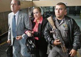Magistrada Blanca Stalling camina junto a su abogado, Marco Antonio Rossell, en el sótano de la Torre de Tribunales para ser trasladada a la prisión.