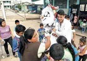 Colaboradores de Cáritas Guatemala celebran un convivio con los vecinos afectados. (Foto Prensa Libre: Alvaro Interiano)