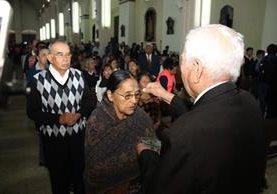Católicos participan en misa del Miércoles de Ceniza, en Cobán. (Foto Prensa Libre: Eduardo Sam).
