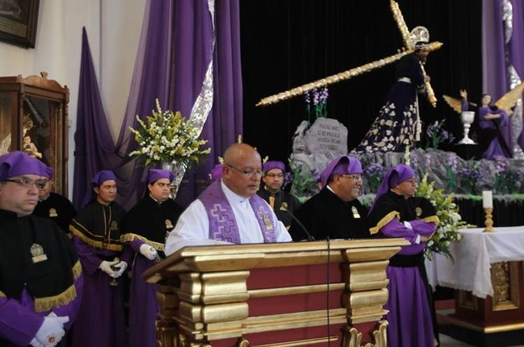 El Padre José Luis Colmenares bendice el cortejo y oficia la misa previo a la salida de la procesión.