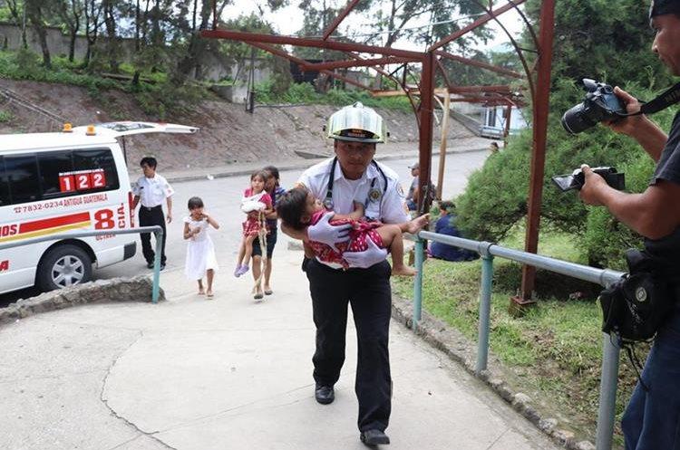 Socorrista atiende a menor de 1 años y 6 meses al volcar tráiler en el que viajaba. (Foto Prensa Libre: Renato Melgar)