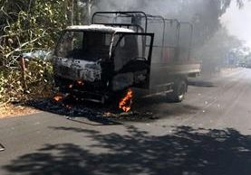 Automotor que fue quemado en Taxisco, Santa Rosa. (Foto Prensa Libre: Oswaldo Cardona).