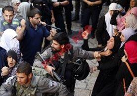 La Policía israelí entra a uno de los lugares más sagrados del Islam, para hacer frente a disturbios. (Foto PrensaLibre:AFP).