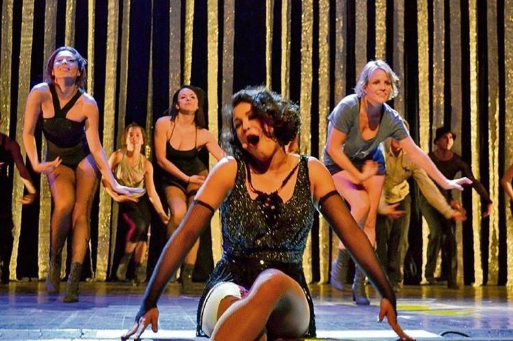 La guatemalteca Lucía Montepeque actúa en Chicago con el papel de Velma, una cantante de vodevil (género de teatro de variedades).