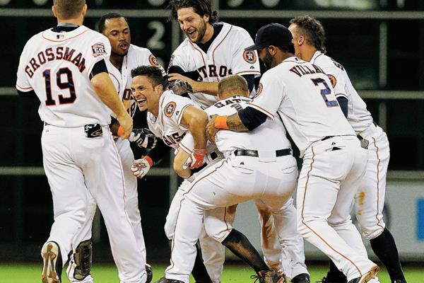El segunda base de los Astros José Altuve (centro) se ha convertido en una de las grandes figuras de la MLB. (Foto Prensa Libre: AP)