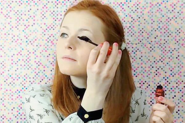 Lucy Edward quedó ciega hace algunos años y ahora enseña a las personas cómo maquillarse. (Foto Prensa Libre: Hemeroteca PL).