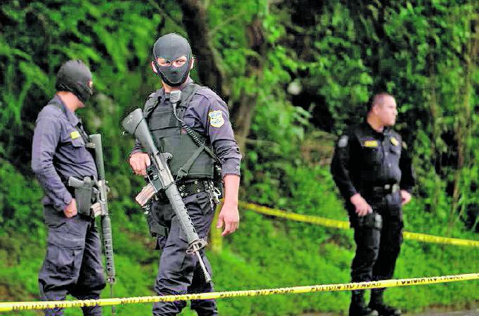 Soldados y policías resguardan la escena de un crimen en El Salvador. (Foto Prensa Libre: Hemeroteca PL)