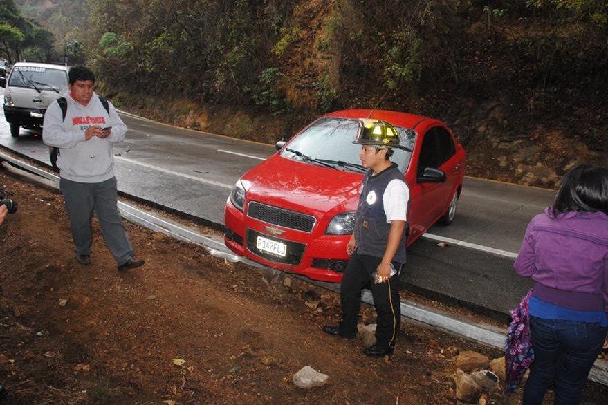 El asfalto mojado ocasionó el múltiple choque en la Bajada de las Cañas. (Foto Prensa Libre: Renato Melgar).