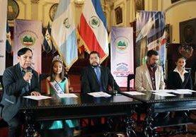 Un integrante de la comisión organizadora del certamen Niña Quetzaltenango 2017 explica las bases para participar en el certamen. (Foto Prensa Libre: Carlos Ventura)
