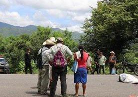 Familiares y amigos llegan a identificar a la víctima, quien murió arrollado. (Foto Prensa Libre: Mario Morales)