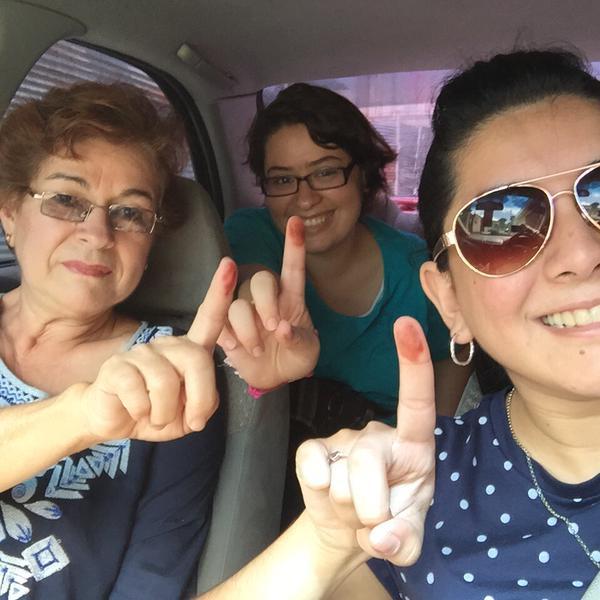 <em>Tres generaciones comparten su compromiso con la democracia. (Foto Prensa Libre: @Monikizha).</em>