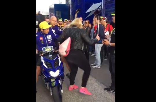 Valentino Rossi da una patada a una fanática en el circuito Ricardo Tormo. (Foto Prensa Libre: Captura Youtube)