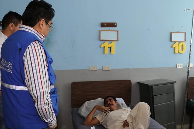El magistrado de conciencia habla con un paciente del Hospital Nacional de Jalapa. (Foto Prensa Libre: Hugo Oliva)