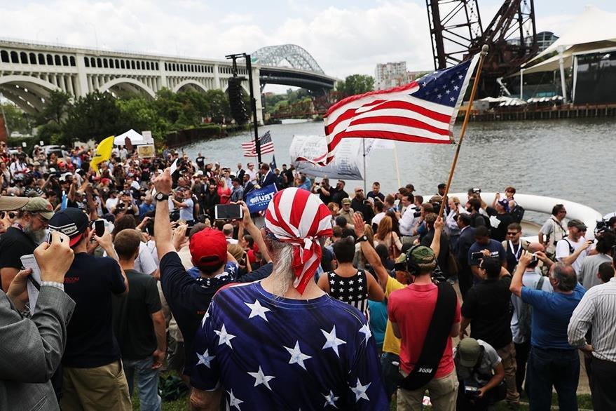 Un grupo de simpatizantes de Donald Trump le muestran su apoyo en las afueras del lugar donde se celebra la convención. (Foto Prensa Libre: AFP).