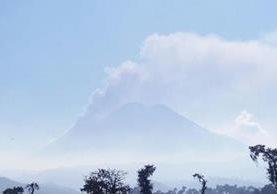 Imagen muestra actividad del Volcán de Fuego, a un costado el volcán Acatenango. (Foto Prensa Libre: Víctor Chamalè).