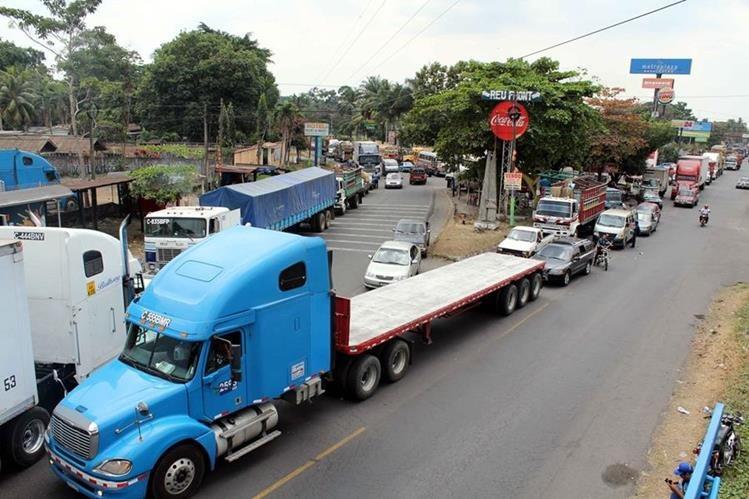 Los tráilers serán multados si ingresan a la capital en horarios no permitidos. (Foto Prensa Libre: Hemeroteca PL)