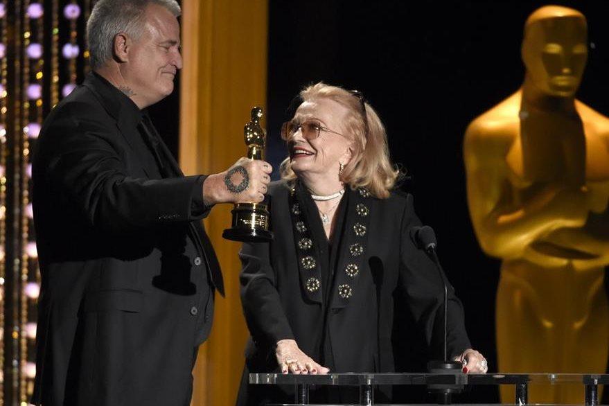 Gena Rowlands recibe el reconocimiento de manos de su hijo, Nick Cassavetes (Foto Prensa Libre: AP).