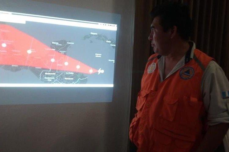 Geovany Martínez, delegado de la Conred, muestra el recorrido de la tormenta. (Foto Prensa Libre: Rigoberto Escobar).