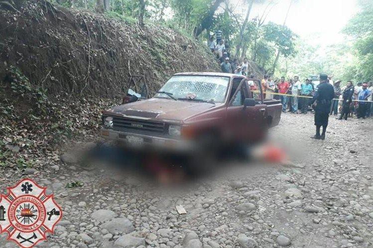 En la escena del crimen hay un picop, el cual es resguardado por agentes de la PNC, en Génova. (Foto Prensa Libre: CBMD)