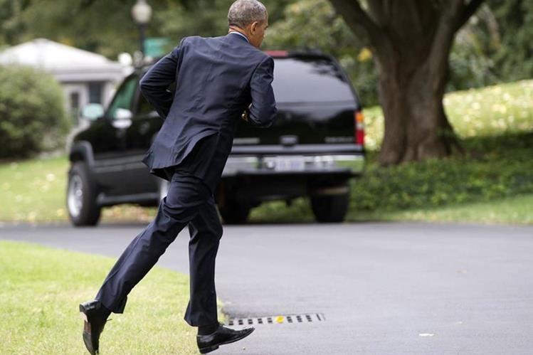 El presidente de EE. UU., Barack Obama, corre hacia la Casa Blanca. (Foto Prensa Libre: AFP).